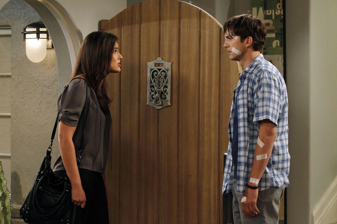 Nach alldem, was geschehen ist, teilt Walden (Ashton Kutcher, r.) Rose schonend mit, dass er lieber mit Zoey (Sophie Winkelman, l.) zusammen sein wi... - Bildquelle: Warner Brothers Entertainment Inc.