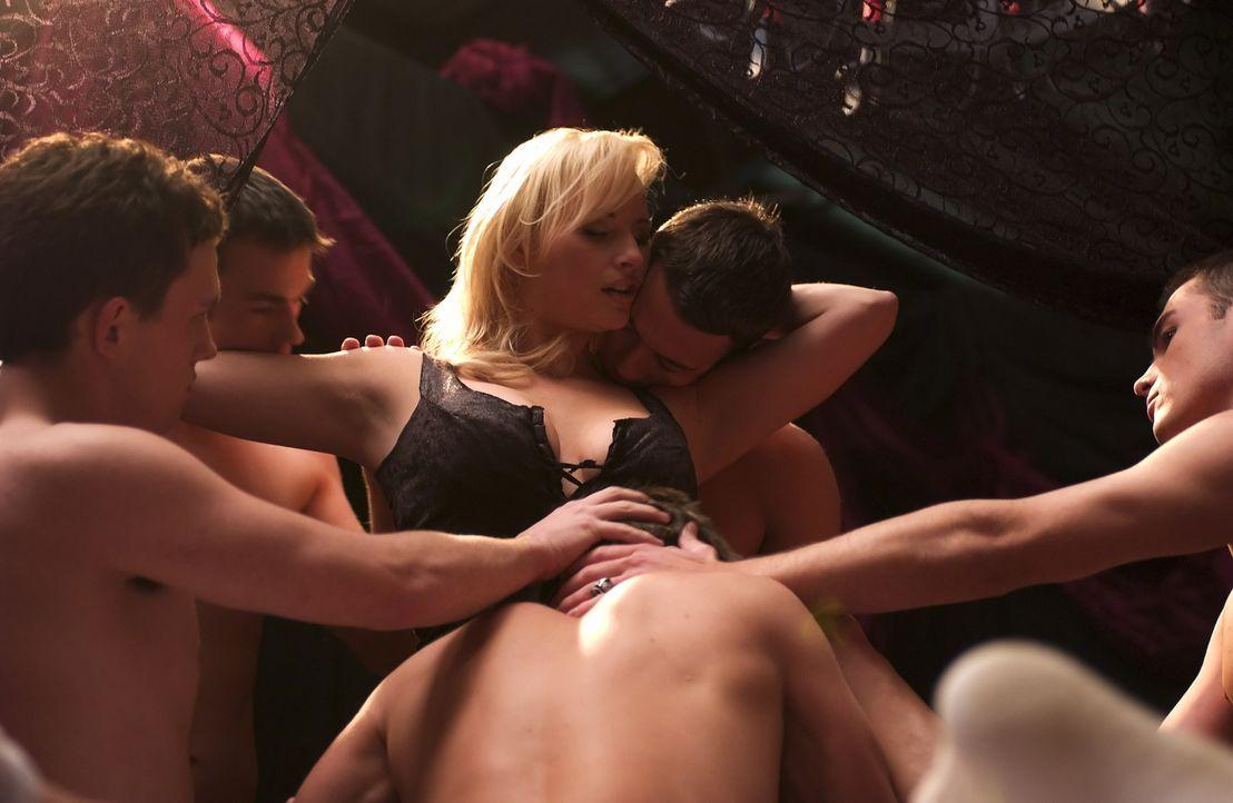 """Captain Arabella Morrissey (April Telek) gibt sich den """"Black Skulls"""" voll hin ... Auch sie wurde in den Bann gezogen. - Bildquelle: Regent Entertainment"""