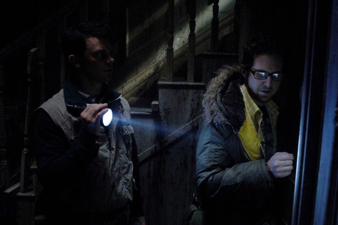 """Aus ihrer geplanten Reality Show """"Ghostfacers"""" wird mysteriöser Ernst: Ed Zeddmore (A.J. Buckley, r.) und Harry Spengler (Travis Wester, l.) ... - Bildquelle: Warner Bros. Television"""