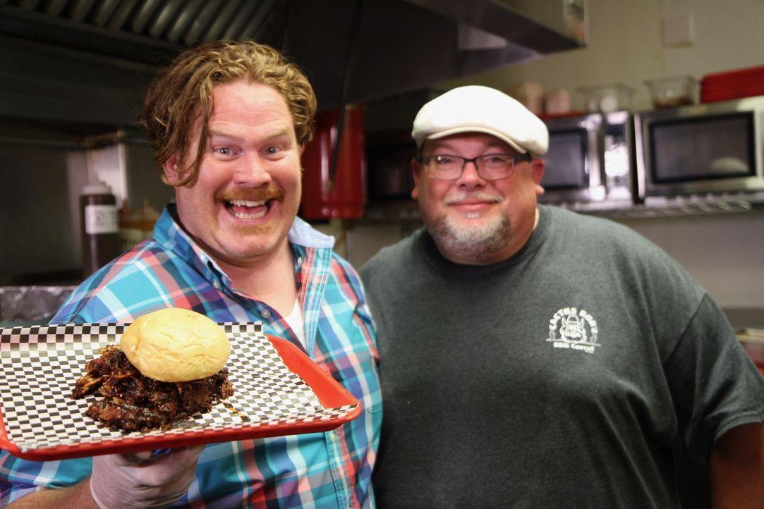 """In Des Moines bereitet Casey Webb (l.) gemeinsam mit Craig DeDecker (r.) im """"Cactus Bob's BBQ Corral"""" das berüchtigte Pulled-Pork-Sandwich zu ... - Bildquelle: 2017,The Travel Channel, L.L.C. All Rights Reserved."""