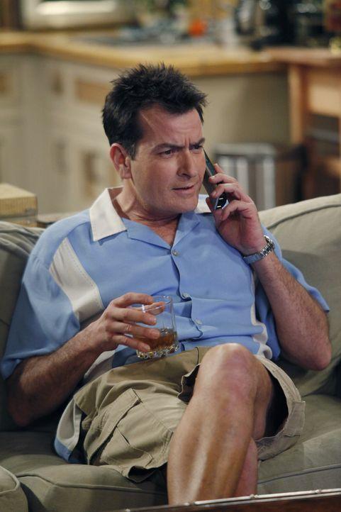 Lyndsey möchte mit Alan zusammenziehen - er bittet um Bedenkzeit. Obwohl er Charlie (Charlie Sheen) anvertraut, dass er Lyndsey nicht wirklich liebt... - Bildquelle: Warner Bros. Television