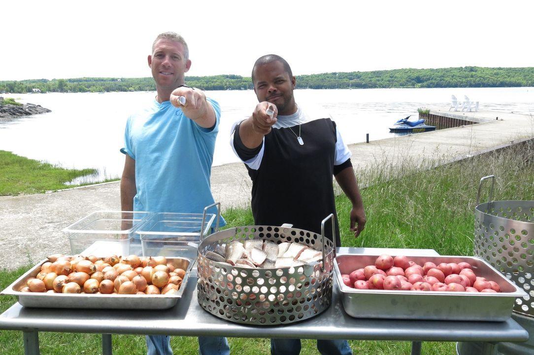 """Seine kulinarische Reise führt den kanadischen Chefkoch Roger Mooking (r.) ins """"Old Post Office Restaurant"""" in Brooklyn, New York, wo er bei Jeremy... - Bildquelle: 2015,Cooking Channel, LLC. All Rights Reserved."""