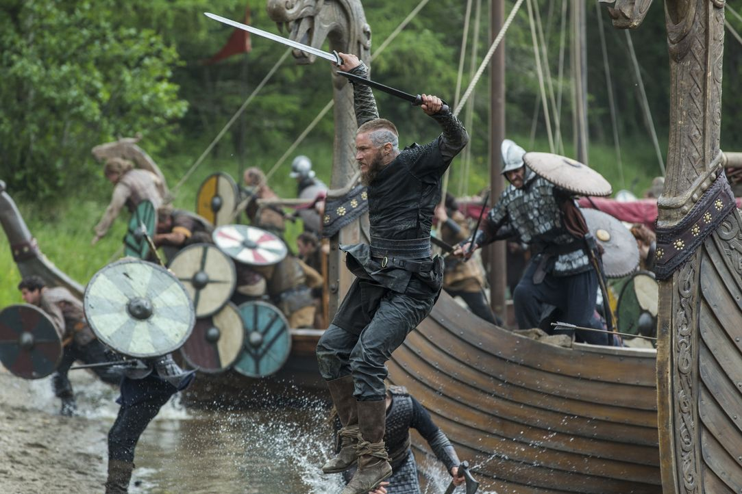 Nimmt den Kampf gegen König Brihtwulf an: Ragnar (Travis Fimmel) ... - Bildquelle: 2015 TM PRODUCTIONS LIMITED / T5 VIKINGS III PRODUCTIONS INC. ALL RIGHTS RESERVED.