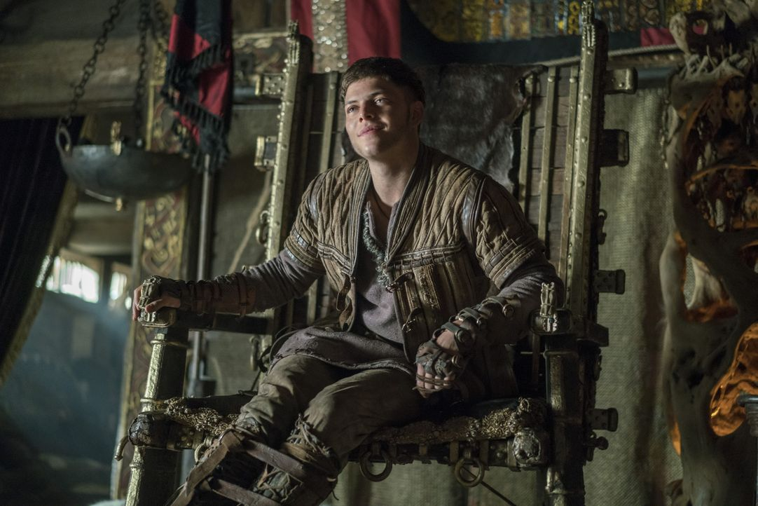 Nach einem Traum ist Aslaug davon überzeugt, dass Ivar (Alex Høgh Andersen) und Ragnar bei der Überfahrt nach England in einen Sturm geraten und Iva... - Bildquelle: 2016 TM PRODUCTIONS LIMITED / T5 VIKINGS III PRODUCTIONS INC. ALL RIGHTS RESERVED.