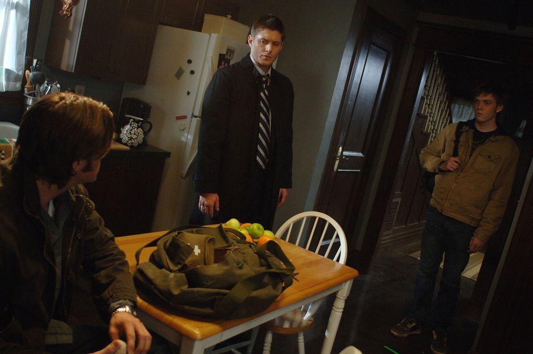 Gemeinsam versuchen Adam (Jake Abel, r.), Sam (Jared Padalecki, l.) und Dean (Jensen Ackles, M.), Adams entführte Mutter zu finden. Dean vermutet,... - Bildquelle: Warner Bros. Television