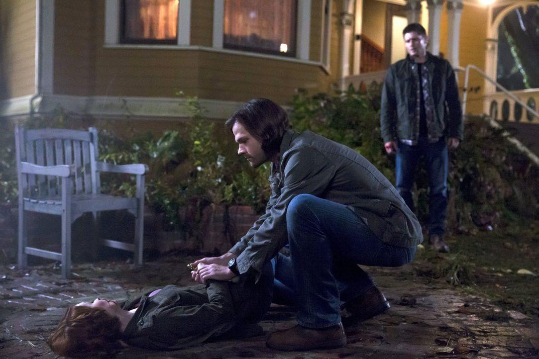 Können Sam (Jared Padalecki, M.) und Dean (Jensen Ackles, r.) Charlie (Felicia Day, l.) wirklich helfen, die anders aus Oz zurückgekehrt ist, als er... - Bildquelle: 2016 Warner Brothers