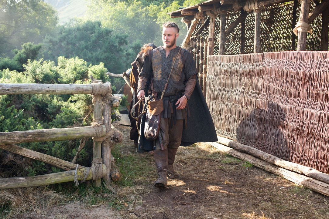 Horcht seinen Sklaven aus, um möglichst bald wieder in den Westen segeln zu können: Ragnar (Travis Fimmel) ... - Bildquelle: 2013 TM TELEVISION PRODUCTIONS LIMITED/T5 VIKINGS PRODUCTIONS INC. ALL RIGHTS RESERVED.