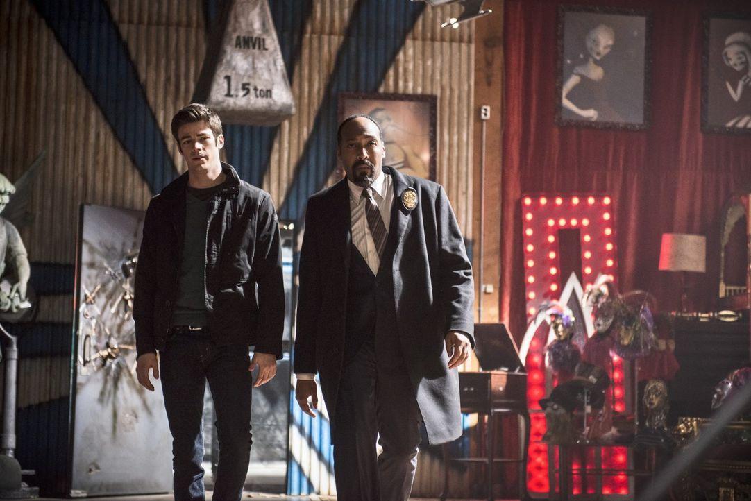 Werden auch Barry (Grant Gustin, l.) und Joe (Jesse L. Martin, r.) auf das Verwirrspiel des Trickster hereinfallen? - Bildquelle: Warner Brothers.