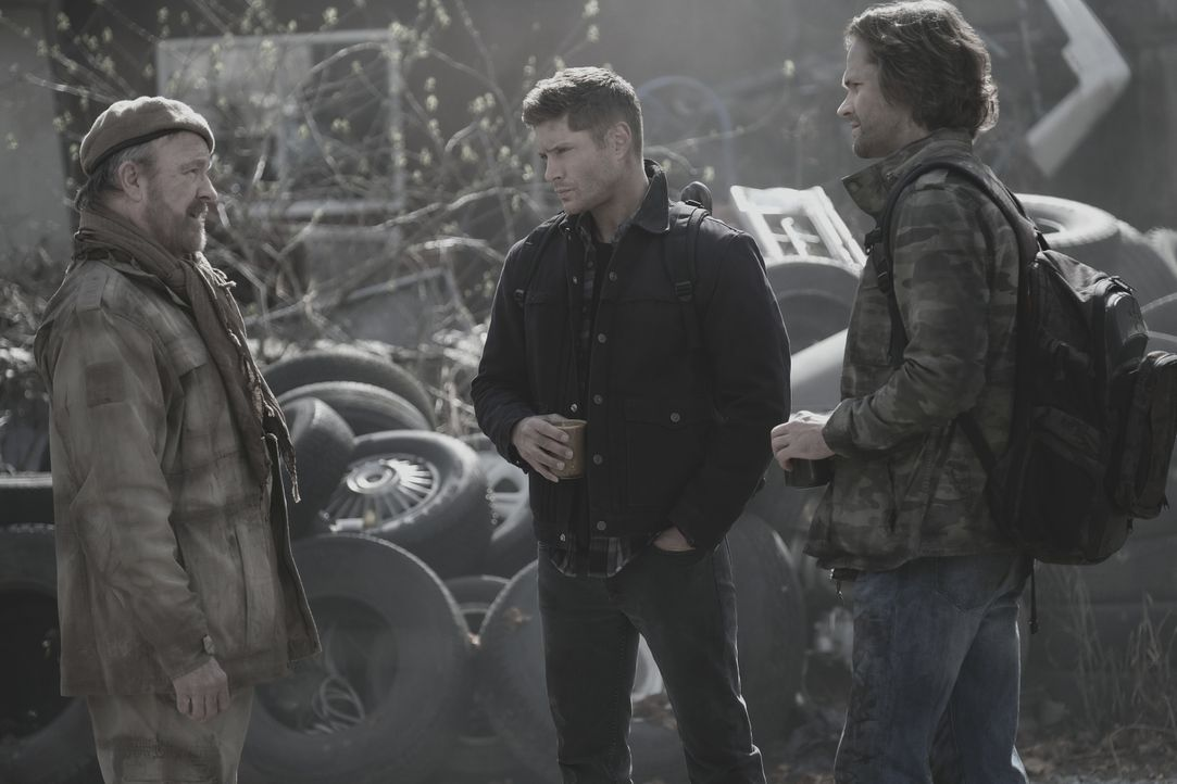 (v.l.n.r.) Bobby (Jim Beaver); Dean (Jensen Ackles); Sam (Jared Padalecki) - Bildquelle: Robert Falconer 2018 The CW Network, LLC. All Rights Reserved / Robert Falconer
