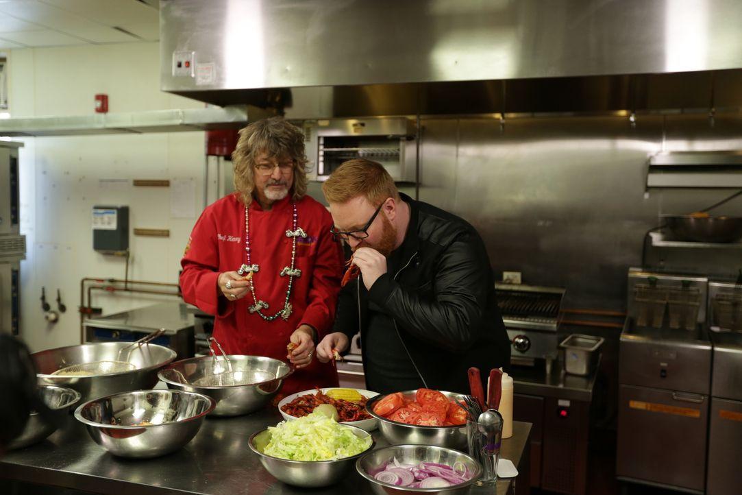 """Im """"In Henry's Louisiana Grill"""" in Atlanta bereitet Food-Fanatiker Josh Denny (r.) mit Henry Chandler (l.) ein """"Big Bayou Monster"""" zu: ein fast drei... - Bildquelle: 2017,Television Food Network, G.P. All Rights Reserved."""