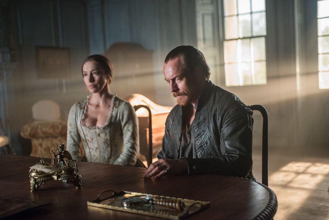 Als Miranda (Louise Barnes, l.) durch ein Gespräch zwischen Lord Peter Ashe und Flint (Toby Stephens, r.) erfährt, dass Ashe am Verrat in England be... - Bildquelle: 2015 Starz Entertainment LLC, All rights reserved.