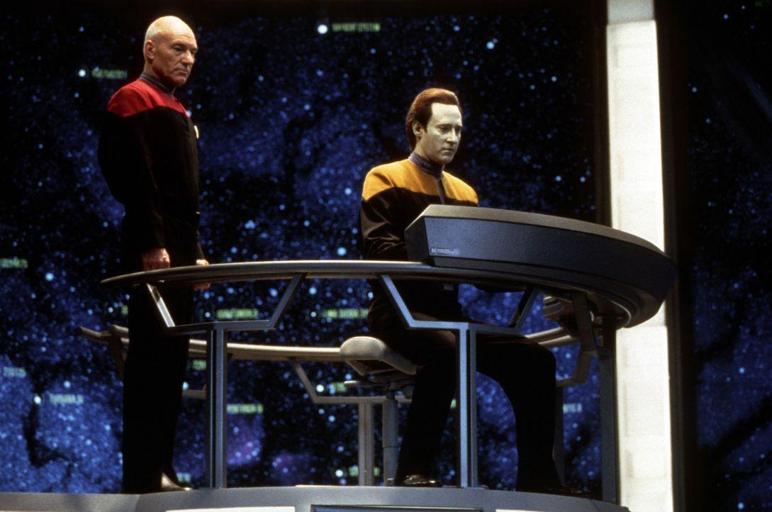 Die Mission von Captain Picard (Patrick Steward, l.), Data (Brent Spiner, r.) und dem Rest der Enterprise-D Crew verläuft anders, als geplant ... - Bildquelle: Paramount Pictures