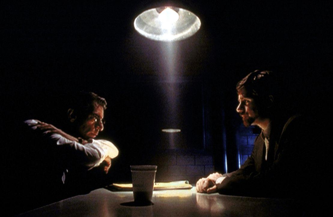 Byers (Bruce Harwood, r.) wird von der Kriminalpolizei verhört, nachdem er und seine beiden Freunde bei einem offensichtlichen Einbruch geschnappt w... - Bildquelle: TM +   2000 Twentieth Century Fox Film Corporation. All Rights Reserved.