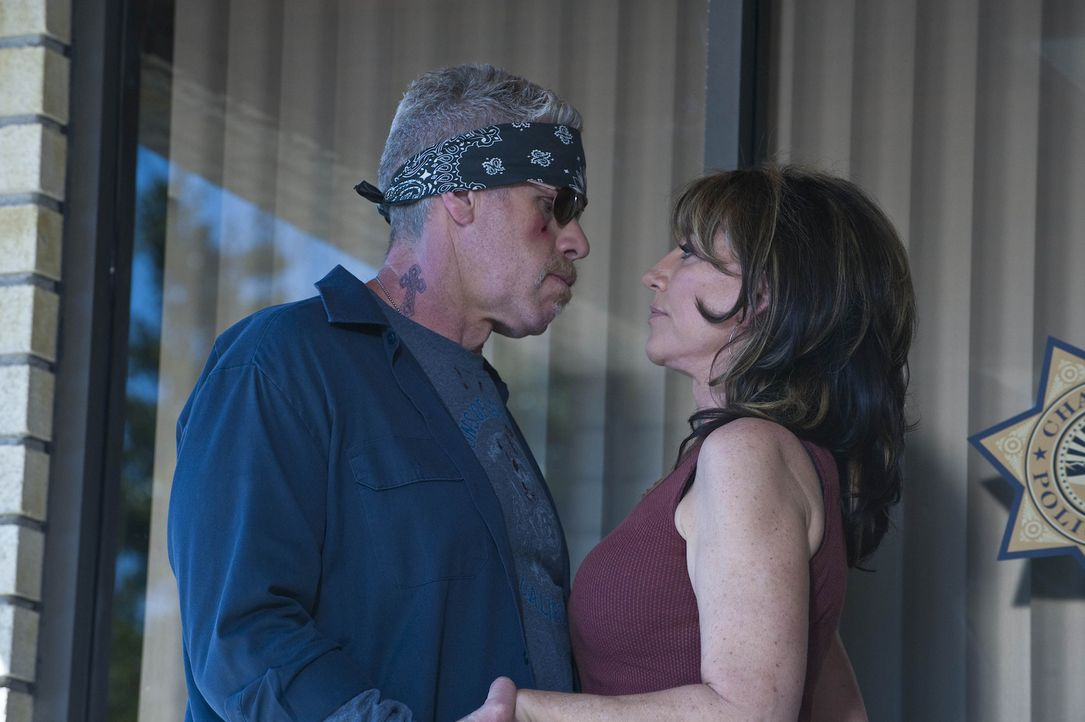 Gemma (Katey Sagal, r.) bittet Clay (Ron Perlman, l.), nicht unüberlegt zu handeln ... - Bildquelle: 2009 Twentieth Century Fox Film Corporation and Bluebush Productions, LLC. All rights reserved.
