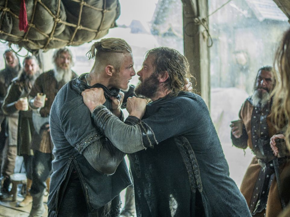 Was ist nur in Rollo (Clive Standen, r.) und Bjorn (Alexander Ludwig, l.) gefahren? - Bildquelle: 2015 TM PRODUCTIONS LIMITED / T5 VIKINGS III PRODUCTIONS INC. ALL RIGHTS RESERVED.