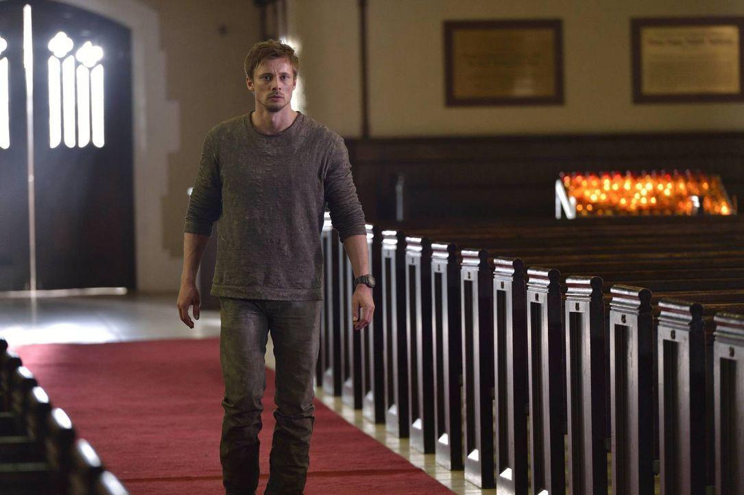 Auf der Suche nach Antworten stattet Damien Thorn (Bradley James) ausgerechnet der Kirche einen Besuch ab und macht daraufhin eine erschreckende Ent... - Bildquelle: Ben Mark Holzberg 2016 A&E Television Network, LLC. All rights reserved.