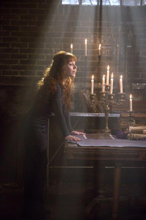 Während Rowena (Ruth Connell) Crowley für ihre eigenen Zwecke einspannen will, schließt sich Crowley mit Sam, Dean und Castiel zusammen, um einen mä... - Bildquelle: 2016 Warner Brothers