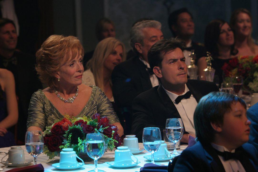 Jake (Angus T. Jones, r.) und Evelyn (Holland Taylor, l.) freuen sich auf die Preisverleihung, denn Charlie (Charlie Sheen, M.) ist für den besten W... - Bildquelle: Warner Brothers Entertainment Inc.