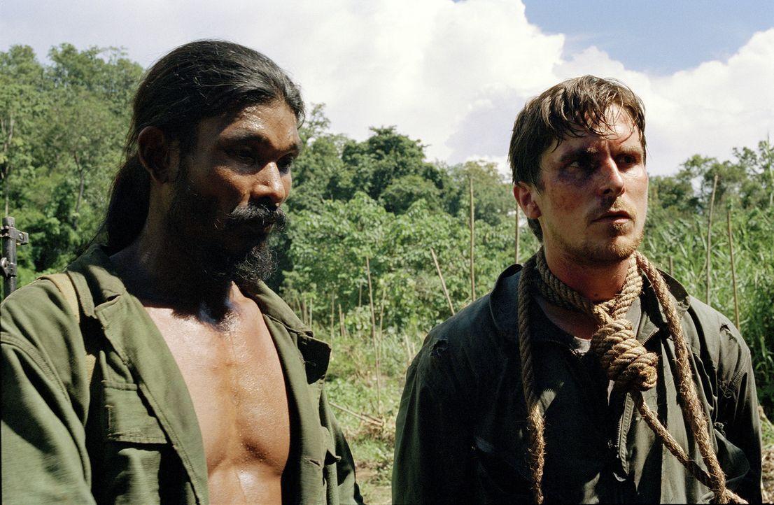 Die Milizen der Pathet Lao nehmen den amerikanischen Piloten Dieter Dengler (Christian Bale, r.) in Gefangenschaft, aber Nahrungsknappheit bringt di... - Bildquelle: Lena Herzog 2006 Top Gun Productions, LLC. All Rights Reserved.