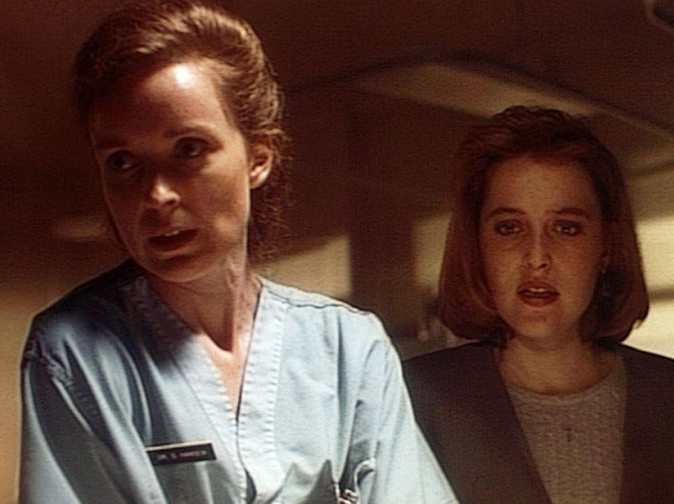 Gemeinsam mit einer Ärztin (Lisa Bunting, l.) versucht Scully (Gillian Anderson, r.), das Leben ihres Freundes Jack Willis zu retten, der bei einer... - Bildquelle: TM +   Twentieth Century Fox Film Corporation. All Rights Reserved.
