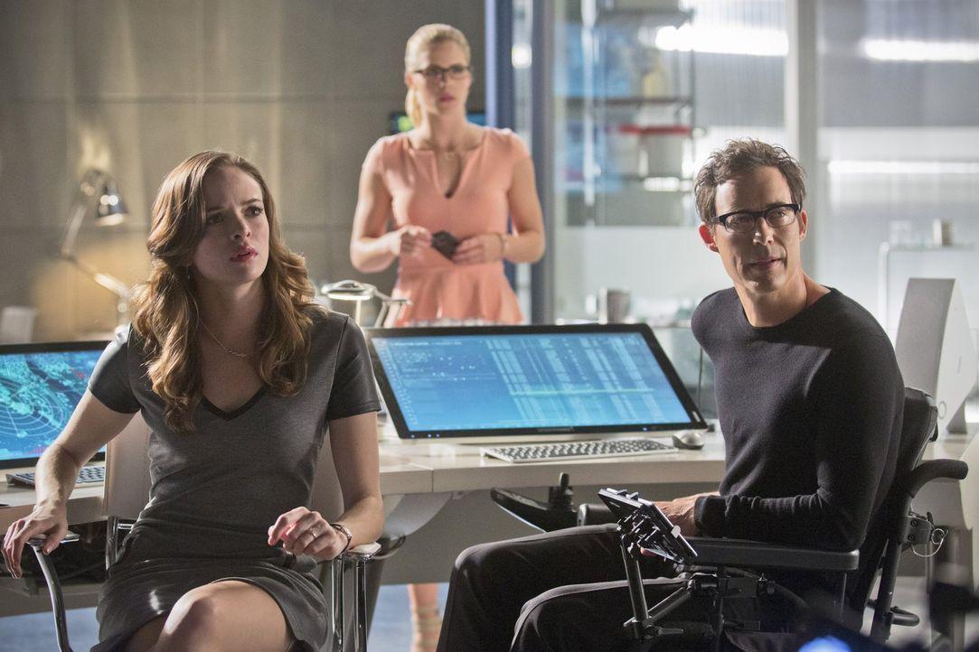 Können nicht fassen, dass Ray Bivolo Barrys alias The Flash Gefühle verändert hat: Wells (Tom Cavanaugh, r.), Caitlin (Danielle Panabaker, l.) und F... - Bildquelle: Warner Brothers.