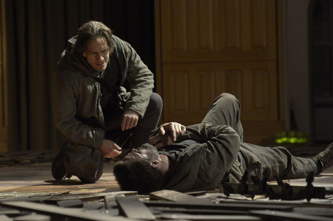 Wird der langwährende Streit zwischen Peter (Neil Napier, l.) und Alan (Billy Campbell, r.) ein tödliches Ende finden? - Bildquelle: Philippe Bosse 2014 Syfy Media, LLC