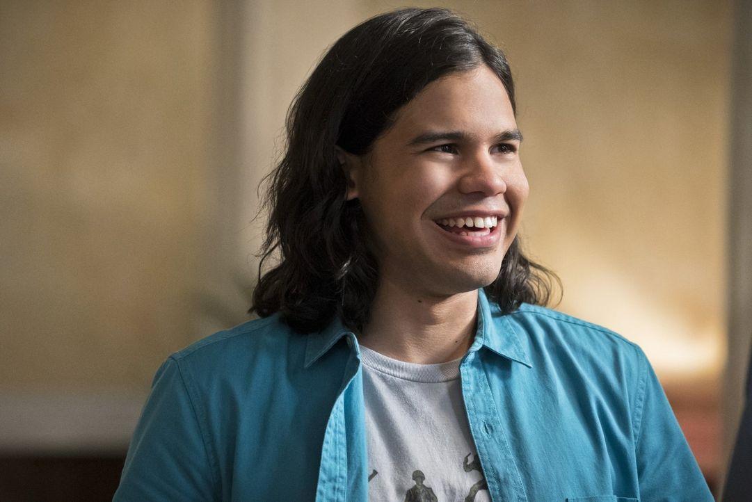 Als Cisco (Carlos Valdes) eine Vision bekommt, die ihn auf einen Banküberfall und ein neues Meta-Wesen aufmerksam macht, gerät er bei seinen Freunde... - Bildquelle: 2015 Warner Brothers.