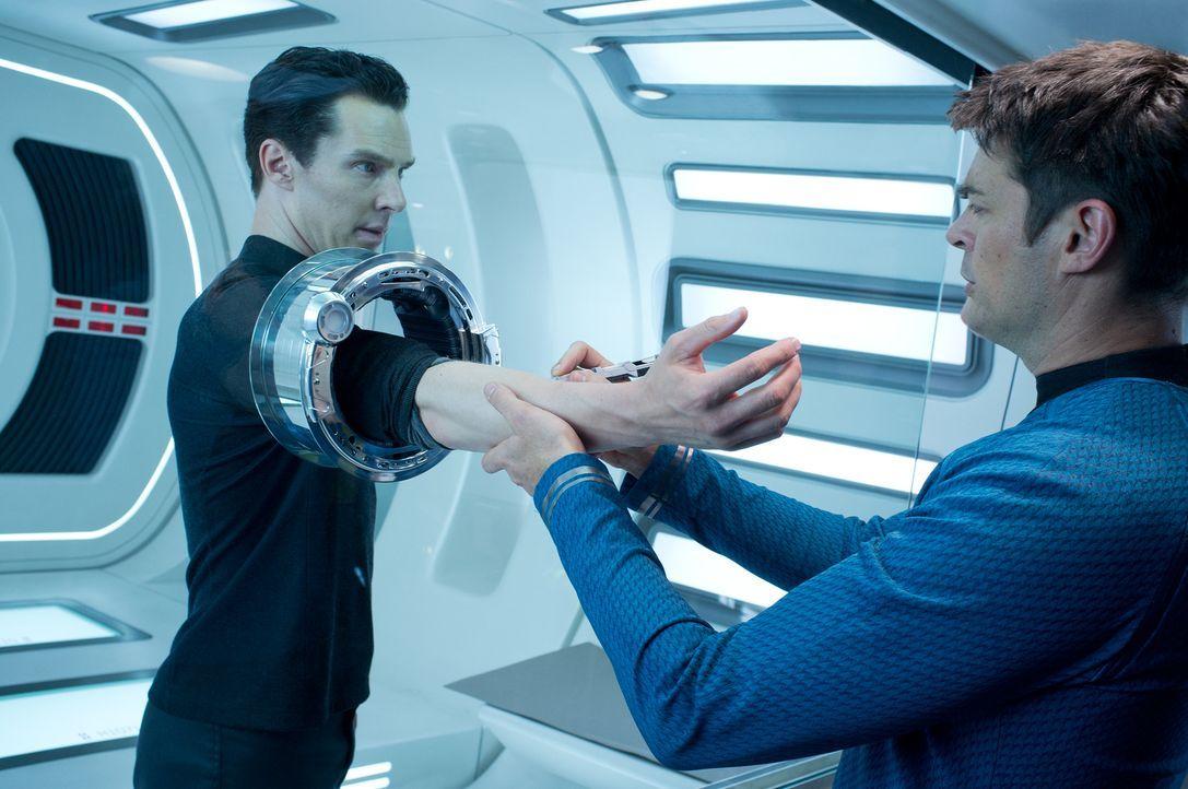 """Dr. McCoy (Karl Urban, r.) untersucht den Terroristen John Harrison (Benedict Cumberbatch, l.), der behauptet, """"Khan"""" zu heißen und ein gentechnisch... - Bildquelle: Zade Rosenthal 2013 Paramount Pictures.  All Rights Reserved."""