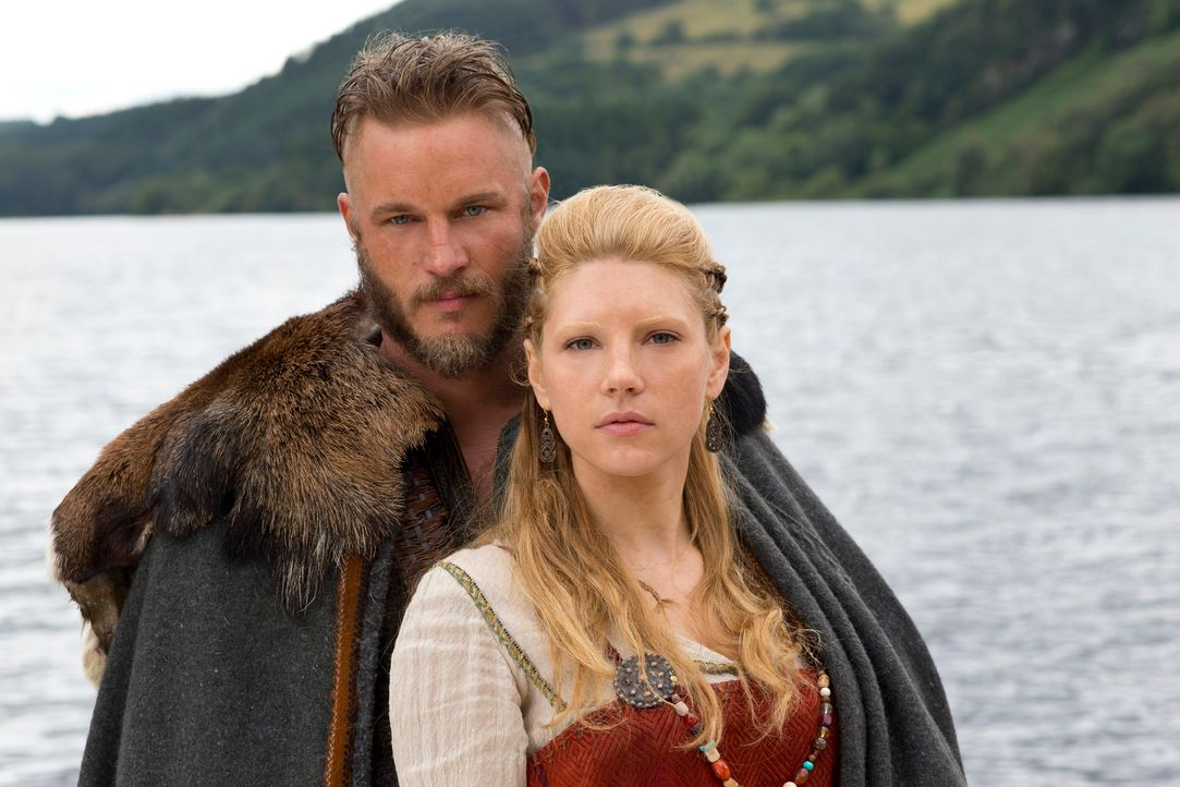 Seine Kinder und seine Frau Lagertha (Katheryn Winnick, r.) bedeuten Ragnar (Travis Fimmel, l.) sehr viel, aber seine Neugier ist noch stärker ... - Bildquelle: 2013 TM TELEVISION PRODUCTIONS LIMITED/T5 VIKINGS PRODUCTIONS INC. ALL RIGHTS RESERVED.