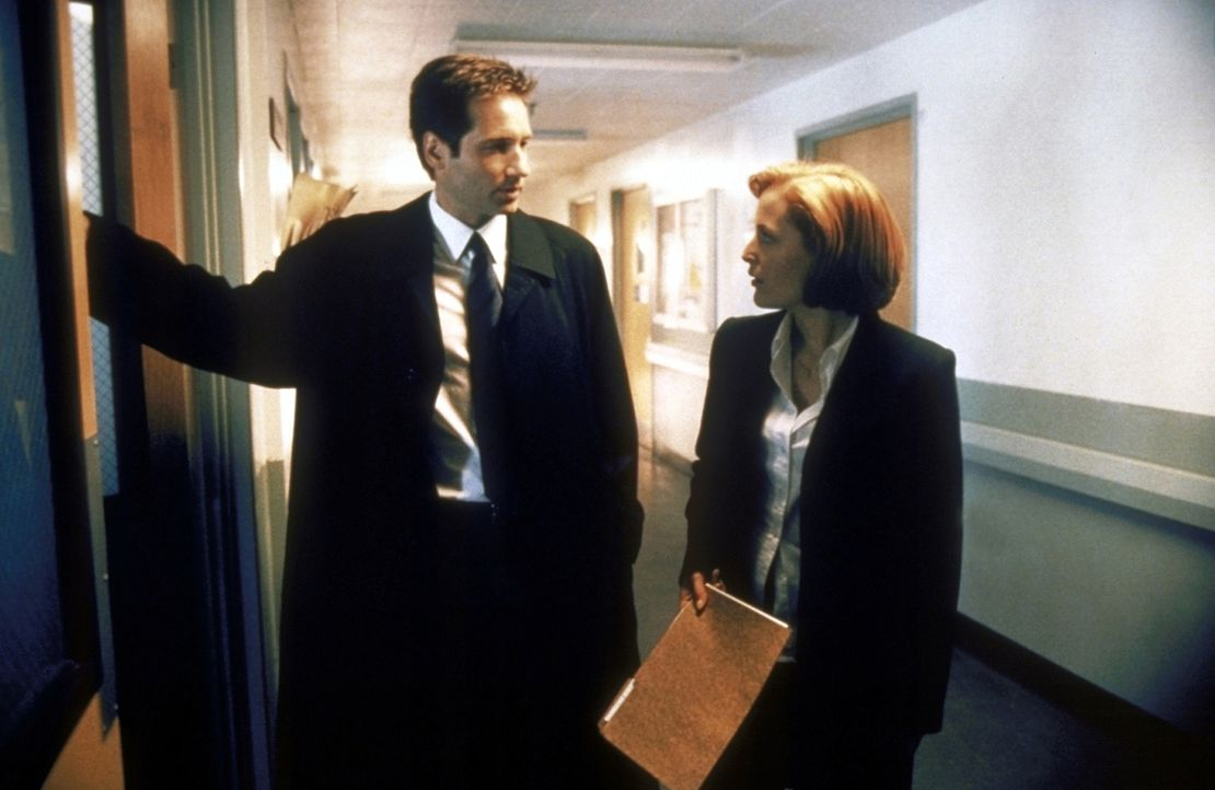Scully (Gillian Anderson, r.) und Mulder (David Duchovny, l.) ermitteln an einer Schule. - Bildquelle: TM +   2000 Twentieth Century Fox Film Corporation. All Rights Reserved.