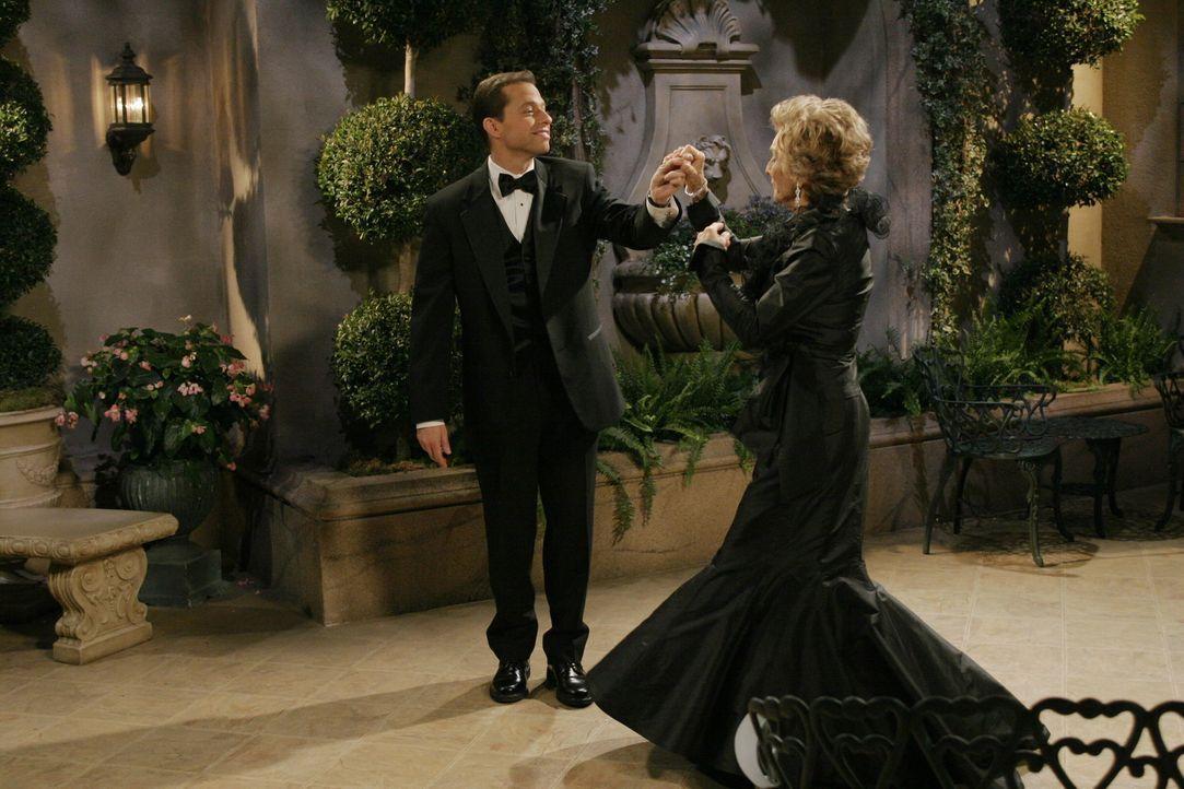 Alan (Jon Cryer, l.) erscheint das Angebot von Norma (Cloris Leachman, r.) so verlockend, dass er sich auf das Angebot einlässt. Doch nachdem die be... - Bildquelle: Warner Brothers Entertainment Inc.