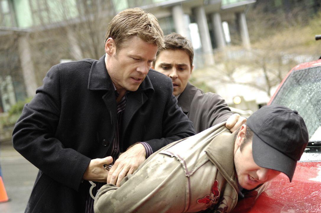 Tom (Joel Gretsch, l.) und Jed Garrity (Kavan Smith, M.) gelingt es, die verdächtige Person des Überwachungsvideos ausfindig zu machen. Als sie mit... - Bildquelle: Viacom Productions Inc.