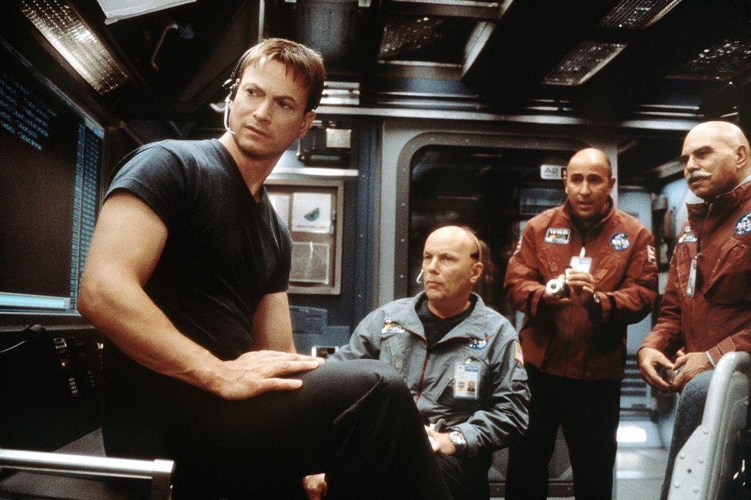 Nach dem Tod seiner Frau gilt Jim (Gary Sinise, l.) unter seinen Astronauten-Kollegen als psychisch instabil. Doch dann erhält er eine einmalige Cha... - Bildquelle: Touchstone Pictures