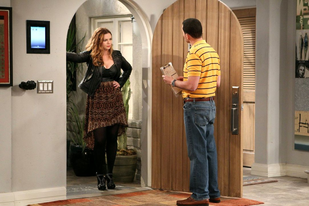 Eines Tages steht Charlies 25-jährige Tochter Jenny (Amber Tamblyn, l.) vor der Tür, und Alan (Jon Cryer, r.) stellt schnell fest, dass sie einige Z... - Bildquelle: Warner Brothers