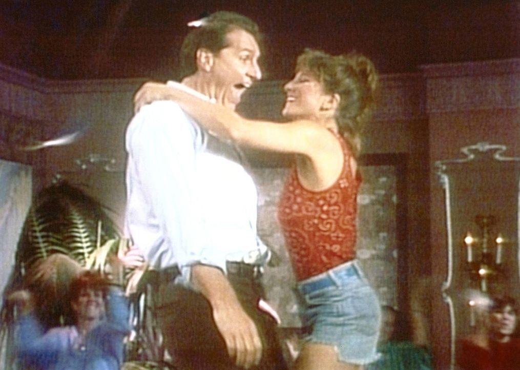 Al (Ed O'Neill, l.) träumt davon, der umschwärmte Tänzer einer Männerstripbar zu sein. - Bildquelle: Sony Pictures Television International. All Rights Reserved.