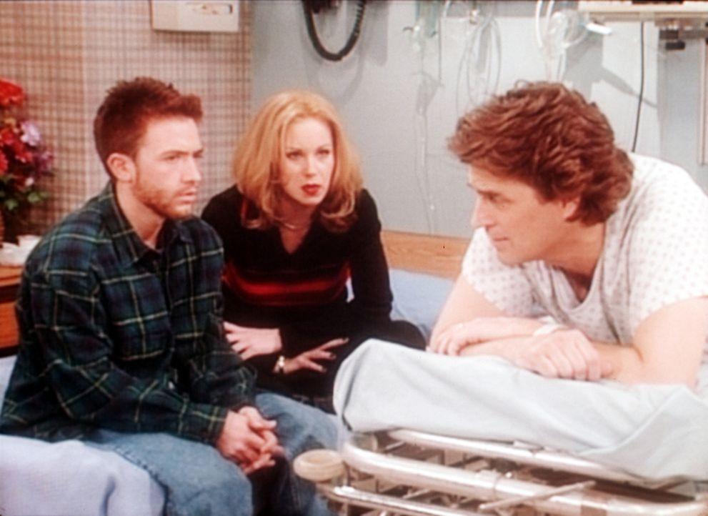 Bud (David Faustino, l.) und Kelly (Christina Applegate, M.) besuchen Jefferson (Ted McGinley, r.) im Krankenhaus, der mit einer Tätowierung auf sei... - Bildquelle: Sony Pictures Television International. All Rights Reserved.