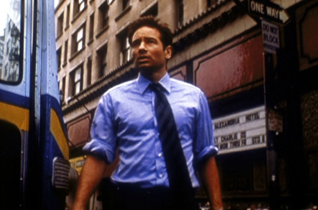 Mulder (David Duchovny) durfte sich von einer geheimnisvollen Unbekannten einen Wunsch erfüllen lassen und hat sich Frieden auf Erden gewünscht ... - Bildquelle: TM +   2000 Twentieth Century Fox Film Corporation. All Rights Reserved.