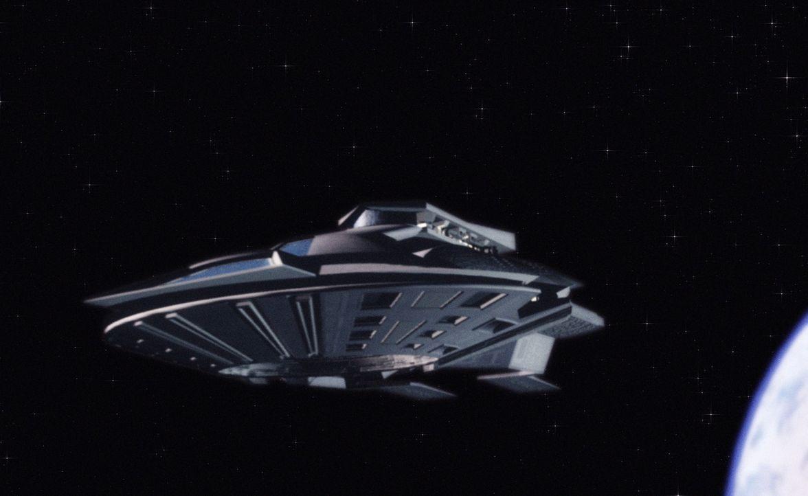 Im Weltall kommt es zu einem katastrophalen Zusammenstoß zweier außerirdischer Raumschiffe. Dabei stürzen Container mit einer leuchtenden Substanz i... - Bildquelle: 2004 Sharky Productions A.V.V.  All Rights Reserved.