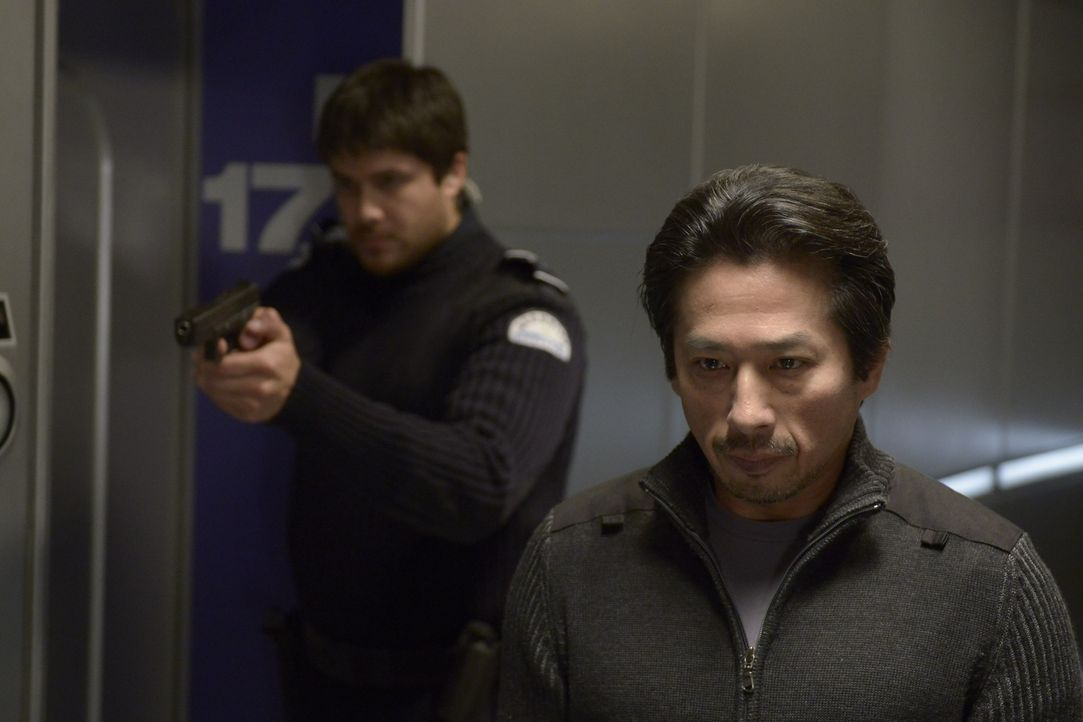 Dr. Hatake (Hiroyuki Sanada, r.) und Daniel (Meegwun Fairbrother, l.) gefällt es ganz und gar nicht, dass Peter plötzlich wieder in Gewahrsam genomm... - Bildquelle: 2014 Sony Pictures Television Inc. All Rights Reserved.