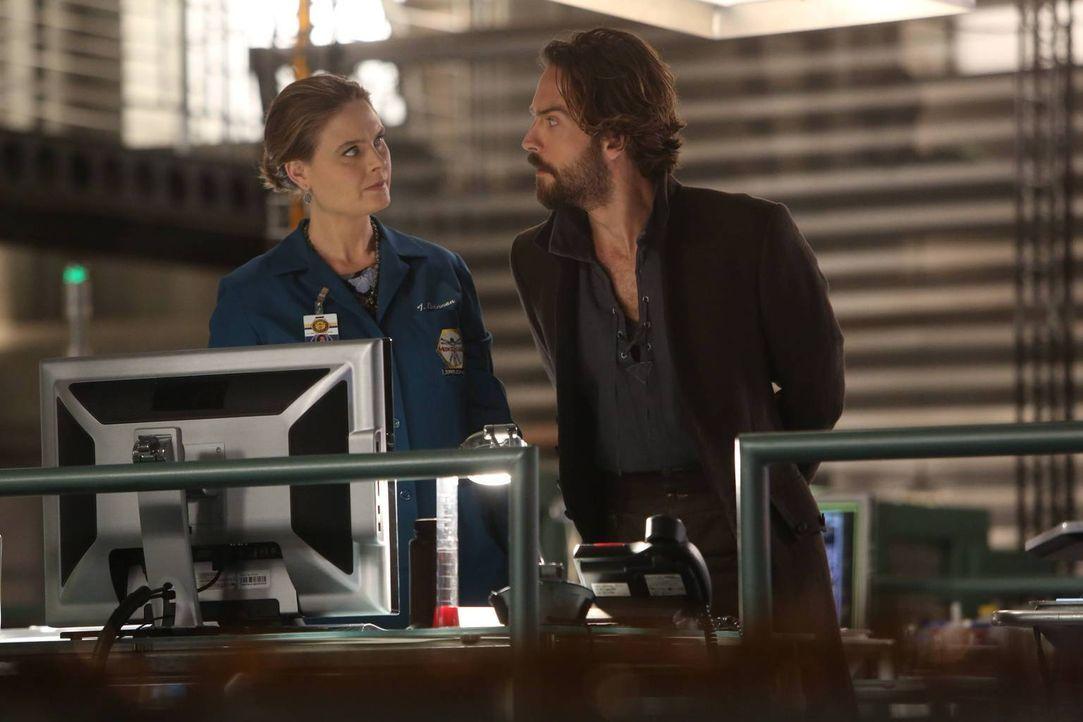 Die Zusammenarbeit zwischen Crane (Tom Mison, r.) und Bones (Emily Deschanel, l.) stellt sich als nicht ganz einfach heraus ... - Bildquelle: 2015-2016 Fox and its related entities.  All rights reserved.