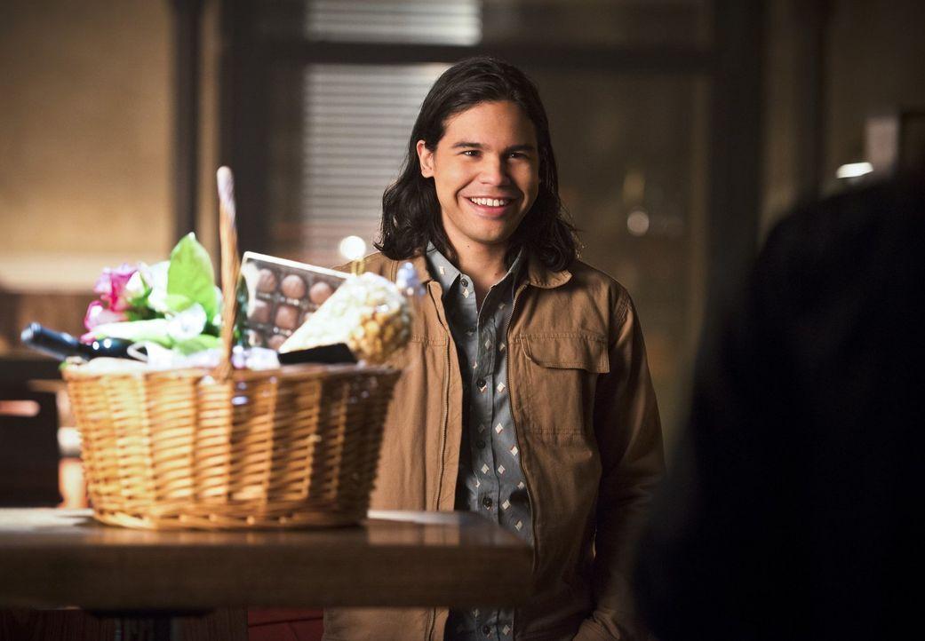 Cisco (Carlos Valdes) bereitet sich auf sein erstes Date mit Kendra vor und malt sich bereits aus, wie wunderbar es ablaufen wird. Doch dann macht i... - Bildquelle: 2015 Warner Brothers.