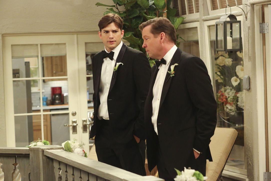 Ausgerechnet am Tag der Hochzeit von Alan und Gretchen meint Walden (Ashton Kutcher, l.), Gretchens Bruder Larry (D. B. Sweeney, r.) noch einige wic... - Bildquelle: Warner Brothers Entertainment Inc.