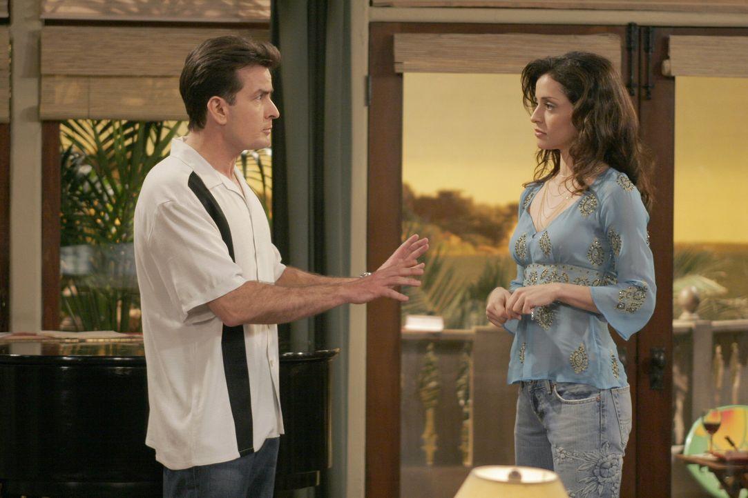Endlich willigt Charlies (Charlie Sheen, l.) neue platonische Liebe Mia (Emmanuelle Vaugier, r.) ein, die Zeit der Enthaltsamkeit zu beenden, doch l... - Bildquelle: Warner Brothers Entertainment Inc.