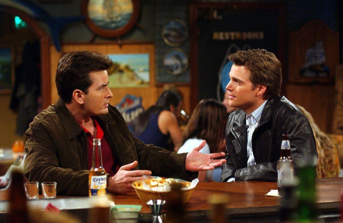Eigentlich wollte sich Charlie (Charlie Sheen, l.) mit seiner ehemaligen attraktiven Freundin Jill treffen, doch Jill ist nun Bill (Chris O'Donnell,... - Bildquelle: Warner Brothers Entertainment Inc.