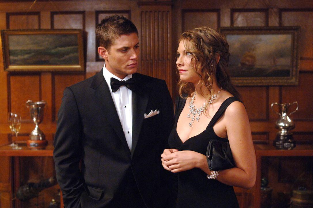 Bela (Lauren Cohan, r.) ist ebenfalls in der Stadt und versucht den Brüdern Sam und Dean (Jensen Ackles, l.) beim Lösen des Falles zu helfen. Doch s... - Bildquelle: Warner Bros. Television