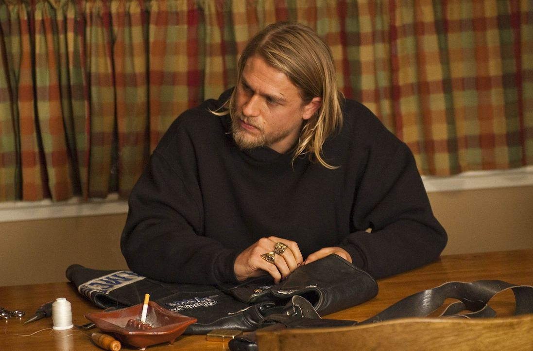 Nachdem Jax (Charlie Hunnam) erfahren hat, dass Gemma von Zobelle und seinen Männern vergewaltigt worden ist, plant er einen Rachefeldzug ... - Bildquelle: 2009 Twentieth Century Fox Film Corporation and Bluebush Productions, LLC. All rights reserved.