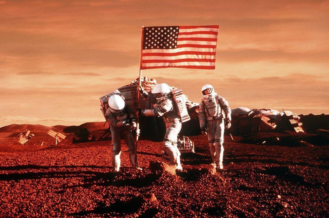 Nach vielen Mühen und Strapazen auf dem Mars angekommen, nehmen Jim (Gary Sinise, M.), Terri (Connie Nielsen, r.) und Phil (Jerry O'Connell, l.) den... - Bildquelle: Touchstone Pictures