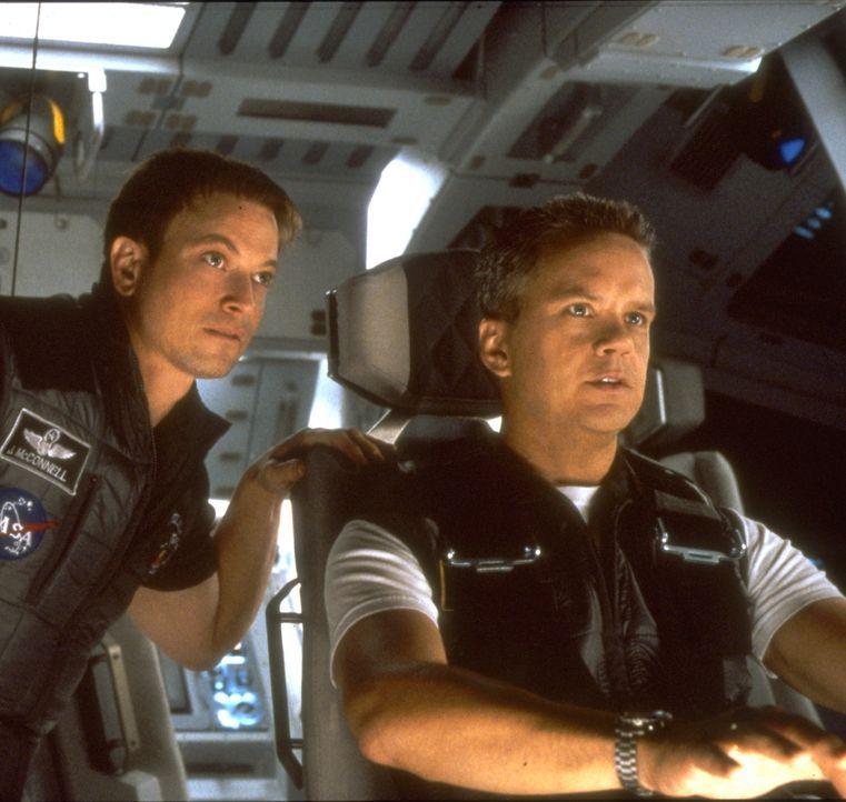 Für die hastig zusammengestellte Rettungscrew unter Commander Woody Blake (Tim Robbins, r.) und Kopilot Jim McConnell (Gary Sinise, l.) beginnt eine... - Bildquelle: Touchstone Pictures