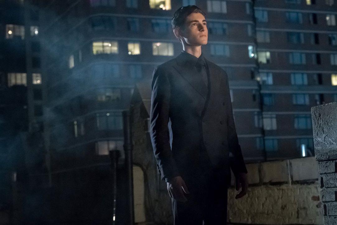 Bruce (David Mazouz) versucht sich als neuer Held für Gotham, doch diese Rolle ist komplizierter, als er gedacht hatte ... - Bildquelle: 2017 Warner Bros.