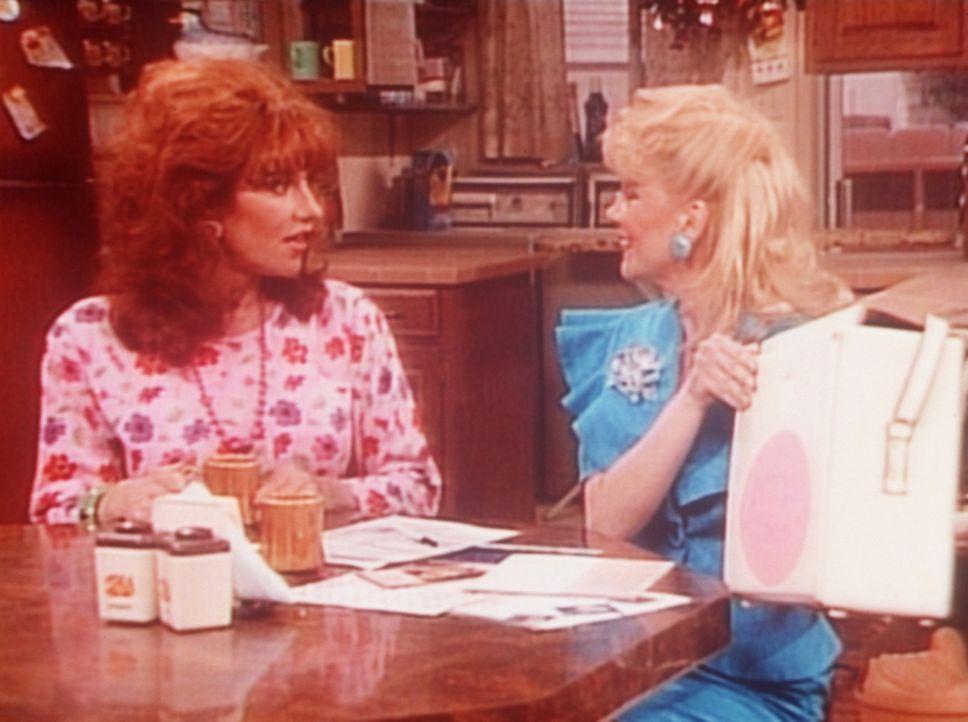 Die Kosmetikerin Heather (Teresa Ganzel, r.) bietet Peggy (Katey Sagal, l.) einen verlockenden Job an. - Bildquelle: Sony Pictures Television International. All Rights Reserved.